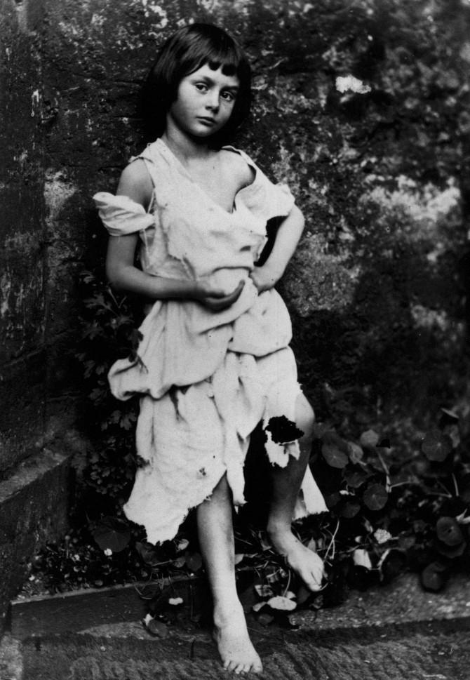 <이상한 나라의 앨리스>의 실제 모델인 앨리스 리델의 어린 시절 모습으로, 1858년 루이스 캐럴이 직접 찍은 사진이다. - 위키미디어 제공